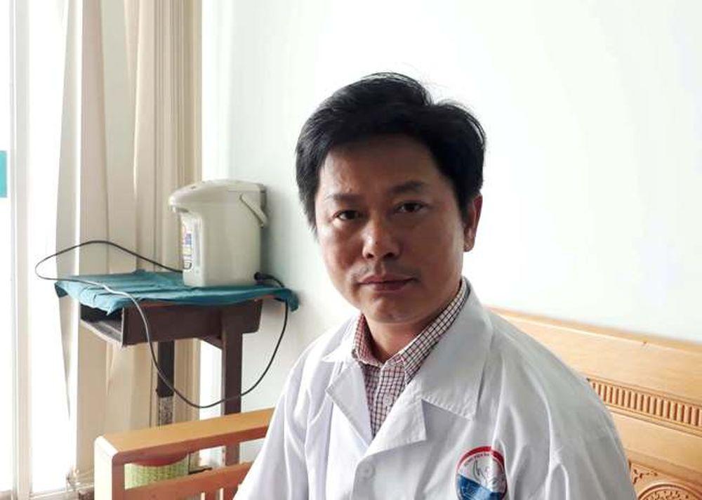 Bác sĩ Lê Văn Lâm, Trưởng khoa Hồi sức tích cực – chống độc Bệnh viện Đa khoa tỉnh Quảng Trị chia sẻ việc truyền bia cứu người ngộ độc rượu. Ảnh: Ngọc Vũ