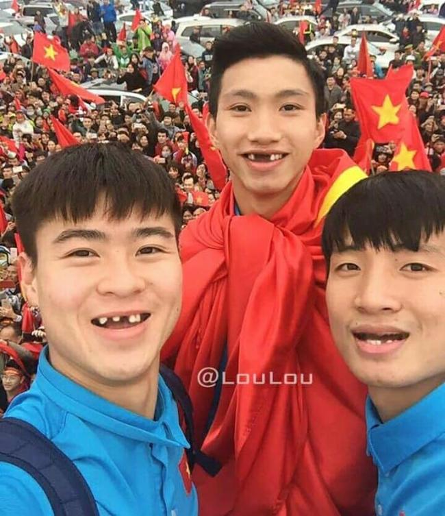 Phong độ ngời ngời khi bị chế ảnh răng móm, cầu thủ tuyển Việt Nam khiến người xem thốt lên \u0027không mê nổi\u0027