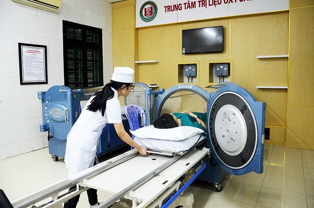 Ưng dụng oxy cao áp trong điều trị bệnh ở Trung tâm Y tế huyện Hoành Bồ.
