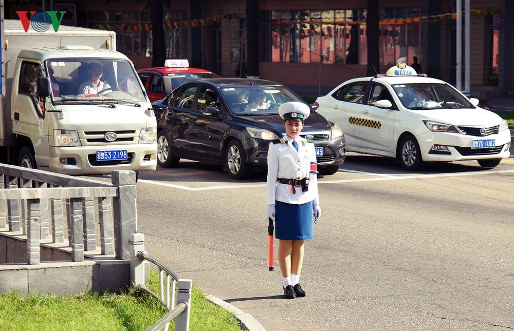 Hai Người Phụ Nữ Di Chuyển Trên Con Đường Bên Ngoài Ga Tàu Điện Ngầm Ở Thủ  Đô Bình Nhưỡng Của Triều Tiên.