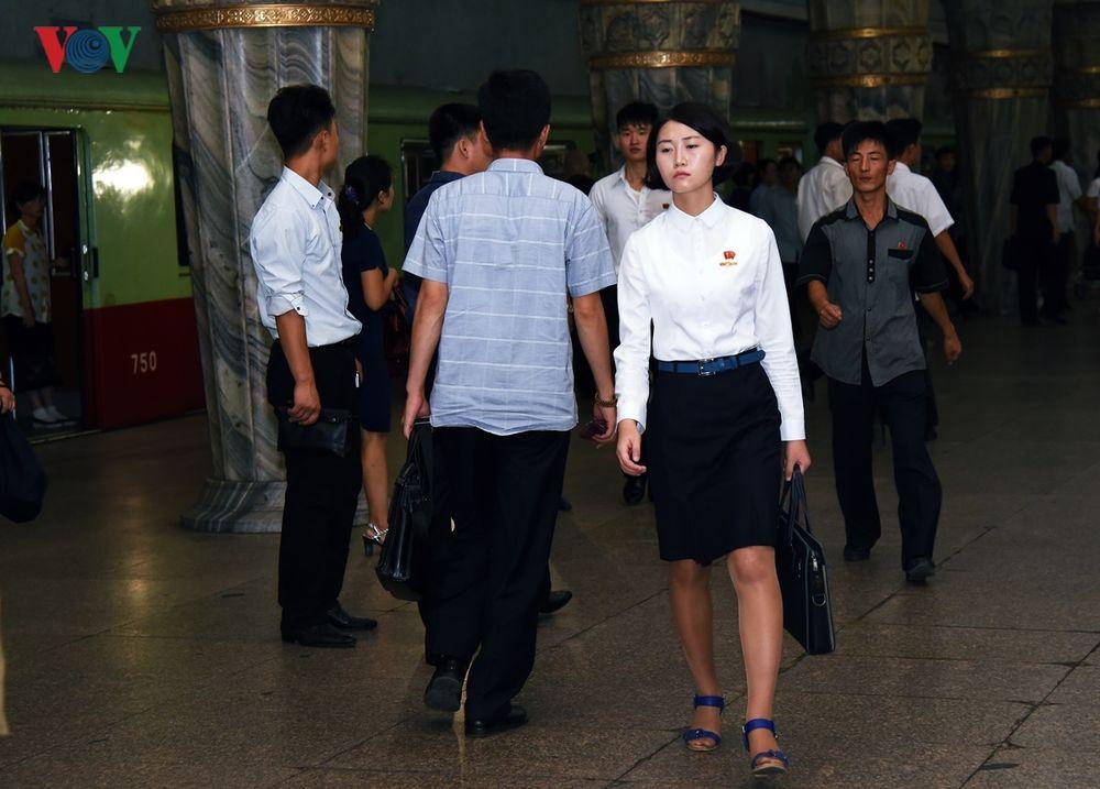 Một Cô Gái Trẻ Vội Vàng Di Chuyển Để Không Lỡ Chuyến Tàu Tại Ga Tàu Điện  Ngầm Yonggwang.