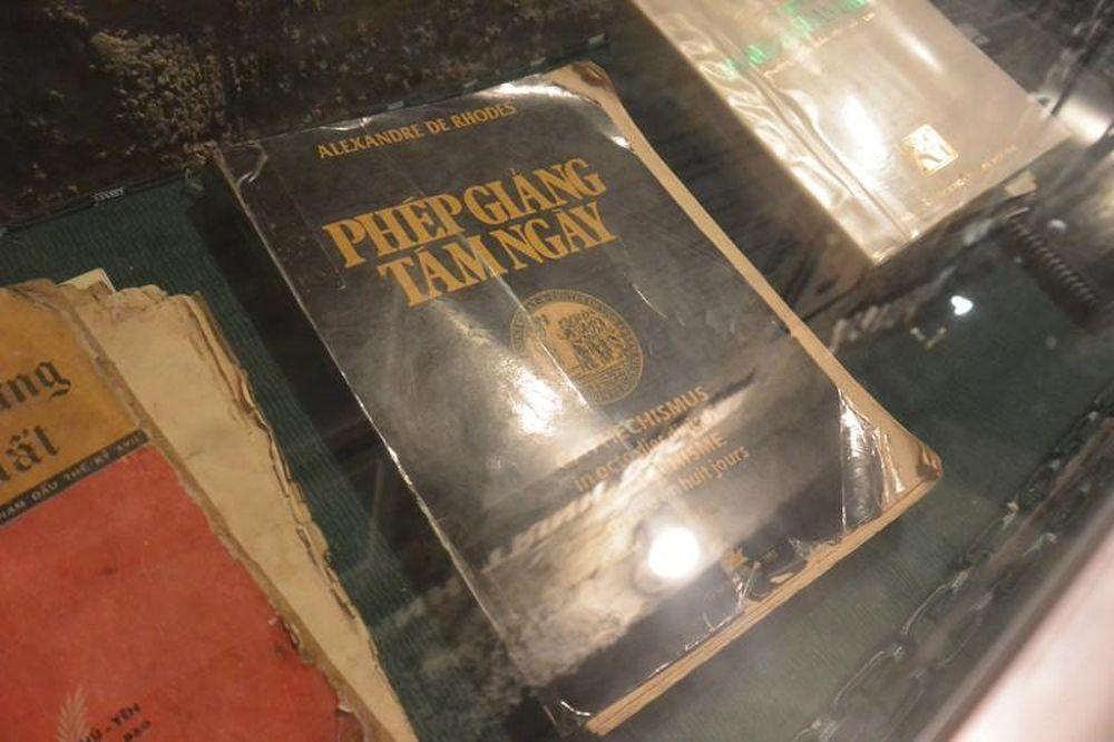 Kết quả hình ảnh cho cuốn sách viết bằng chữ quốc ngũ đầu tiên ở nhà thờ mừng lăng