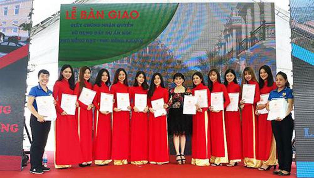 Nhiều dự án của Công ty Phú Hồng Thịnh bàn giao sổ đỏ cho khách hàng - Báo  Kinh Tế Nông Thôn