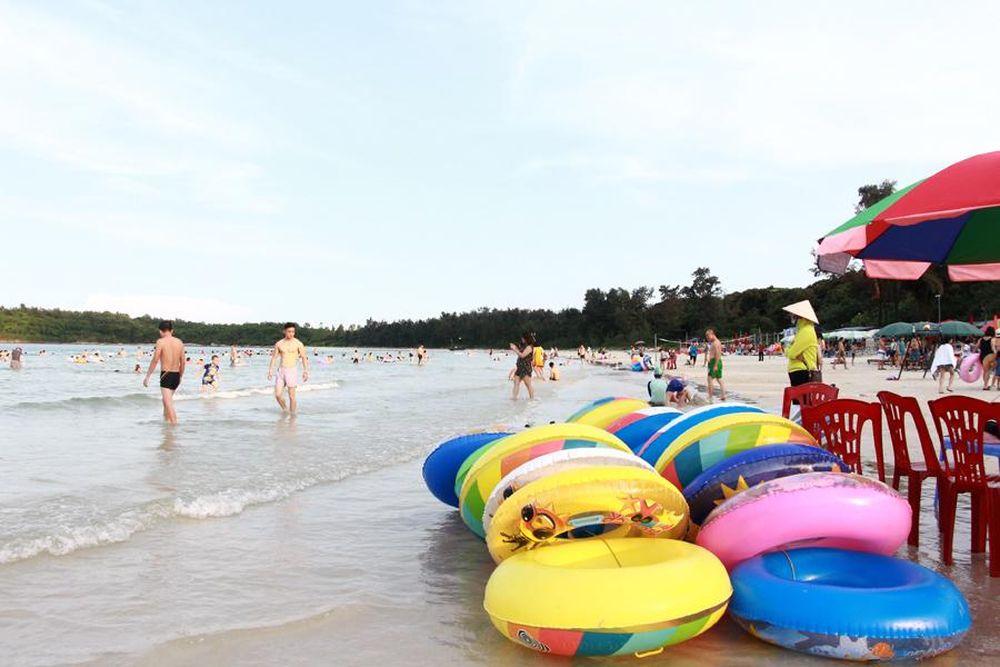 Bãi tắm Minh Châu thu hút rất đông du khách vào mỗi dịp hè