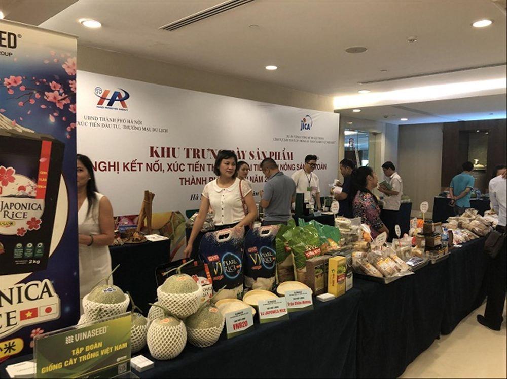 Trưng bày sản phẩm nông sản hàng hóa của các doanh nghiệp tham gia trang Nông sản an toàn thành phố