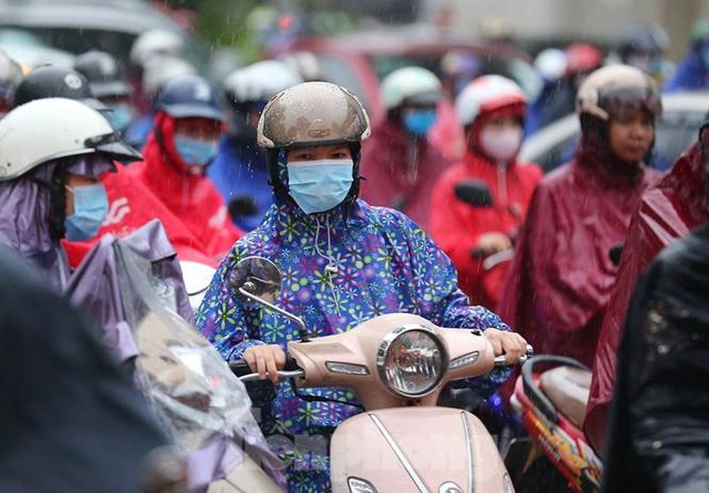 Hà Nội: Phụ huynh 'đội mưa' chen chân đưa con đến lớp ngày đầu năm học -  Báo Infonet