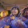 Sinh viên 'quẩy' nhiệt tình dưới trời mưa rét cổ vũ đội tuyển Việt Nam
