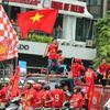 Từ đầu giờ chiều nay (14/11), đoàn cổ động viên đã diễu hành trên các tuyến phố Hà Nội trước khi quay trở về SVĐ Mỹ Đình để cổ vũ cho đội tuyển Việt Nam đấu với UAE trong khuôn khổ vòng loại World Cup 2022.