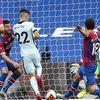 Trận derby thành London diễn ra vô cùng kịch tính với 5 bàn thắng làm mãn nhãn khán giả… truyền hình, giúp Chelsea đặt chân vào tốp 3 đội dẫn đầu sân cỏ Ngoại hạng Anh.