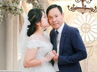 Chuyện tình ngọt ngào của ông chủ quán karaoke và vợ kém 30 tuổi