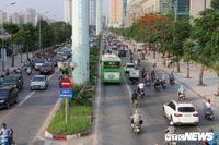 Xe biển xanh cũng lấn làn xe buýt nhanh BRT giữa phố Thủ đô