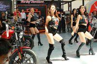 Chân dài hội tụ bên 'bom tấn' Vinfast, Mitsubishi, Harley Davidson, Triumph tại Vietnam AutoExpo 2019