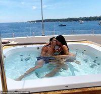 Bạn gái Ronaldo tung ảnh áo tắm phơi nắng gây 'sốt'