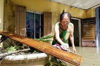 Người dân Tam Kỳ tất bật dọn nhà sau lũ