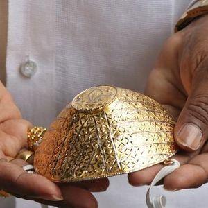 Người đàn ông đeo khẩu trang vàng 4.000 USD để chống Covid-19 là ai?