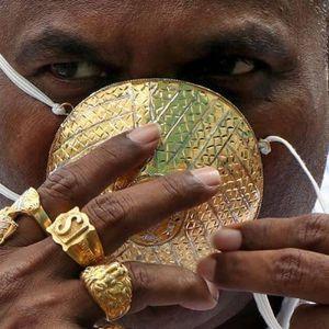 Sợ COVID-19, doanh nhân Ấn Độ sắm cả khẩu trang vàng để đeo