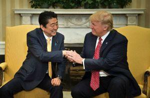 Cú bắt tay 'có một không hai' của nguyên thủ Mỹ - Nhật