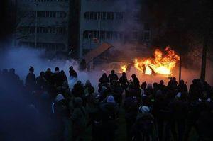 Paris ngùn ngụt lửa bạo loạn phản đối vụ cảnh sát xâm phạm tình dục