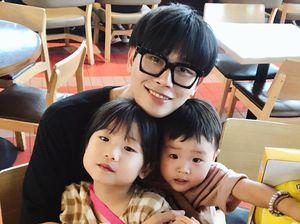 Ông bố Hàn Quốc 40 tuổi thường bị nhầm là anh trai của hai con