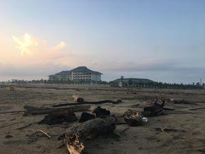 Nhếch nhác bãi biển Cửa Hội