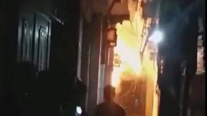 Hà Nội: Tưới xăng đốt nhà bố vợ, 2 người bỏng nặng