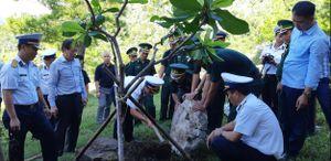 Trồng cây bàng vuông Trường Sa tại mộ Đại tướng Võ Nguyên Giáp