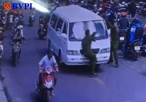 Đi vào đường cấm còn lao vào cảnh sát để bỏ chạy