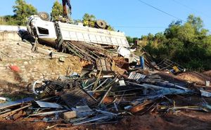 Dân phá cửa giải cứu tài xế kẹt cứng trong cabin xe tải