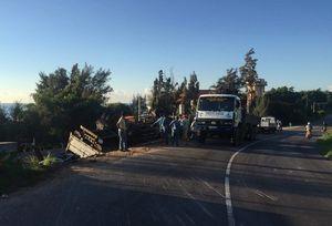 Xe tải lật khi tông vào hành lang, lái xe tử nạn