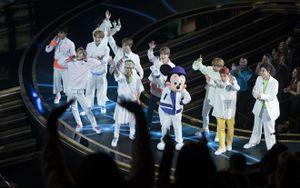 Nổi bật giữa dàn sao USUK: Ít ai ngờ NCT 127 dám diện cả váy trên truyền hình Mỹ