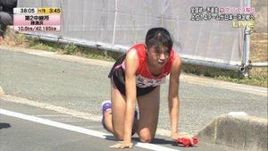 Khâm phục nữ VĐV chạy tiếp sức Nhật Bản nén đau bò về đích, chảy máu 2 đầu gối