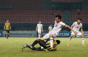 Cận cảnh pha triệt hạ của cầu thủ Malaysia khiến đối phương gãy chân