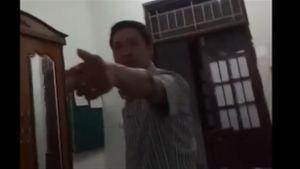 Trưởng phòng bị hoảng loạn sau khi ném ghế nữ đồng nghiệp