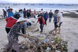 Chung tay làm sạch bãi biển