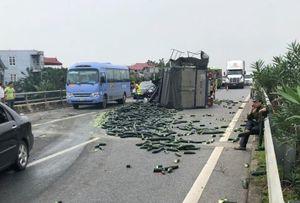 Cao tốc Nội Bài - Lào Cai tắc 20 km sau vụ ôtô tải đâm xe khách