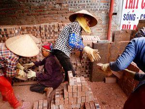 Tấm ảnh nữ công nhân làm gạch 'đưa' người chụp tới Nhật Bản