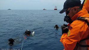 Ảnh hiện trường vụ máy bay Indonesia chở 188 người lao xuống biển