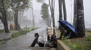 Siêu bão Yutu đổ bộ Philippines, chôn vùi hàng chục người dưới lớp đất lở