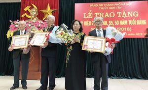 Lãnh đạo thành phố Hà Nội trao tặng Huy hiệu Đảng đợt 7-11