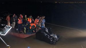 Tìm thấy ô tô rơi xuống sông Hồng, 2 người trong xe tử vong