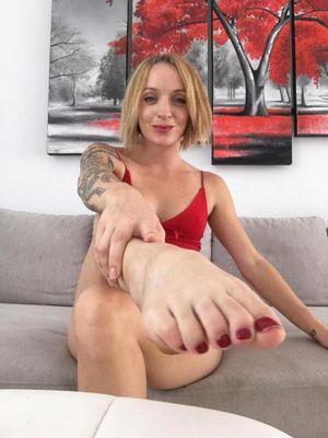 Cô gái kiếm 100 nghìn bảng Anh mỗi năm nhờ 'đôi chân thần thánh' của chính mình