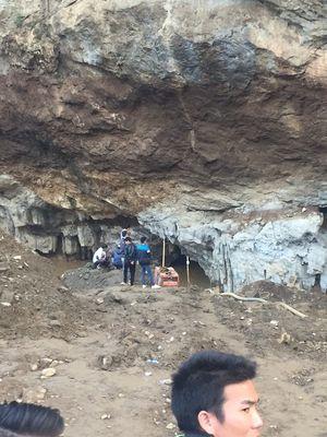 Sập lò khai thác vàng, cứu hộ 2 người bị kẹt trong hang gặp khó khăn