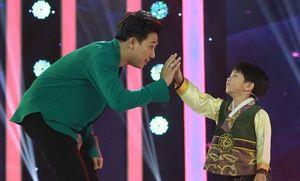 Trấn Thành hát tình ca Hàn Quốc tặng cậu bé người Việt gốc Hàn cực đáng yêu