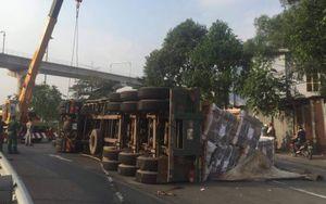TP.HCM: Xe container đang chạy bỗng lật nhào chắn ngang đường khiến người dân một phen hú vía