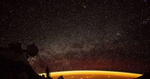 Ngỡ ngàng vầng 'hào quang' màu da cam quanh Trái đất