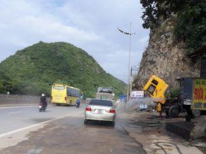 Rửa xe ngay trên quốc lộ