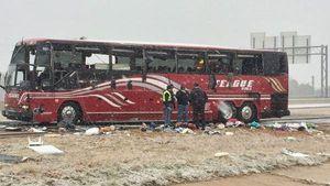 Mỹ: Xe du lịch đâm trúng tảng băng, 2 người chết, 44 người bị thương