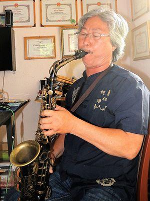 Người thổi saxophone mê sáng tác nhạc