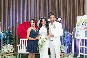 Giám đốc truyền thông Lê Phạm trẻ trung đến chúc mừng hôn lễ của CEO Lý Nhã Lan