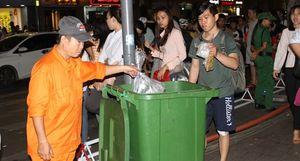 Phố đi bộ Nguyễn Huệ đầy rác sau trận bóng đá giữa đội tuyển Việt Nam – Myanmar